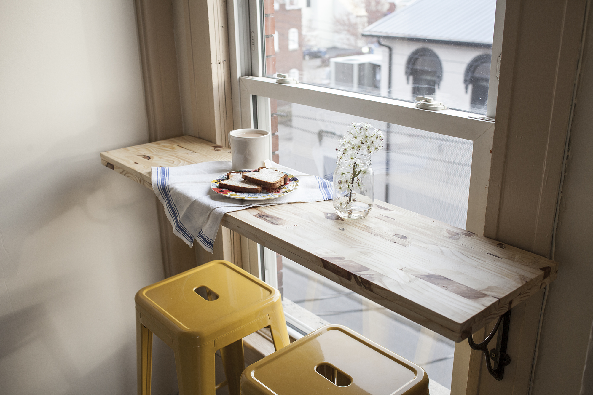 awesome life hack of the week 13 hacks to make your tiny apartment seem big and organized